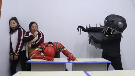 奥特曼真人版:蜘蛛侠重伤昏迷不醒,黑鱼怪趁虚而入为黑老弟报仇