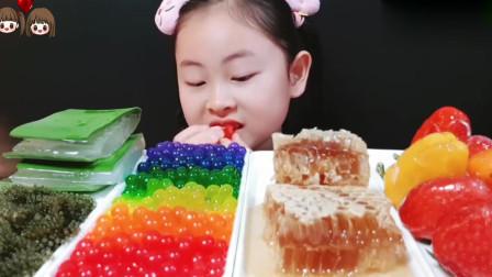 吃货小姐姐:吃可食用芦荟、蜂巢蜜、糖葫芦、爆爆珠、海葡萄!