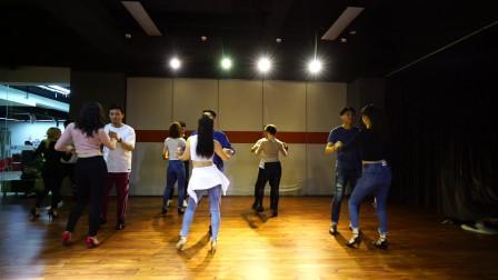 舞蹈礼仪很重要,类似bachata社交舞最后的拍手就是对舞伴的尊重