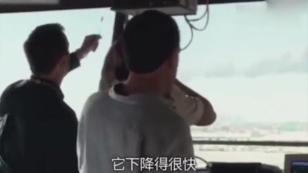 第一架飞机撞向大楼,紧接着第二架飞机也撞上了