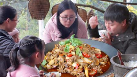 """2斤鸡杂农村小哥做""""泡椒鸡杂"""",再做个剁椒鱼头和女朋友吃得真香"""