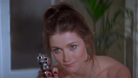 美女怀疑男子是超人,拿出枪对着男子开枪,果然把男子身份拆穿了