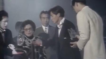当年陈凯歌为刘德华颁奖!凯爷忘记念名字,华仔矜持了一会才上台