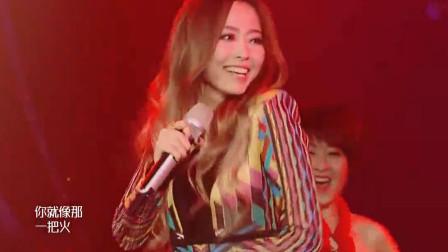 张靓颖翻唱《冬天里的一把火》,人美歌更美,火辣舞姿嗨翻天!