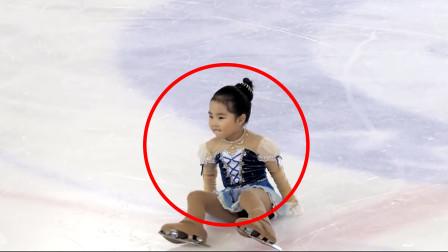 5岁萌娃参加滑冰比赛,突然在舞台上摔倒,临场反应赢得全场掌声