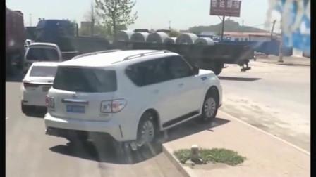 途乐女司机好机智,看到前面堵车,直接从马路牙子上过去了