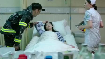 消防员穿着制服就来看老婆了,护士:要么就脱了要么出去!