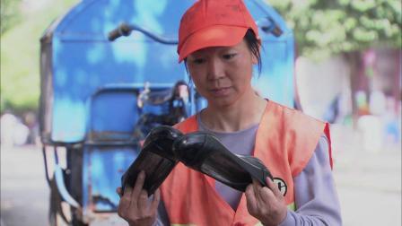 空姐扔了双鞋,清洁工见没坏就穿上,怎料竟发现鞋底惊天秘密!