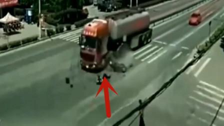 小伙作死骑车闯红灯,下秒直接飞奔见阎王,画面太凄惨了