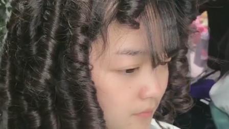 适合所有脸型做的发型  马上就要过年了,卷发这样烫,超级时髦好看