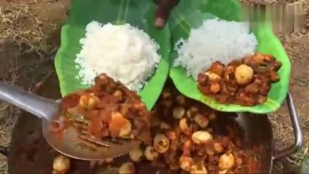印度村民改善伙食,拿来章鱼和鹌鹑蛋,看看这吃法,不服都不行啊