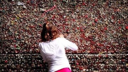史上最恶心的景点,墙壁沾满数不清的口香糖,有游客专门过来舔