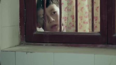 小男孩看着继父和妈妈在亲嘴,生气的拉上窗帘