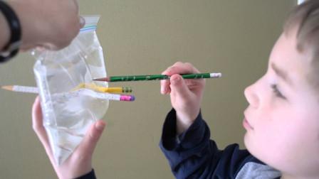 """""""最可靠""""安全塑料套,小伙用铅笔刺穿,一滴水都没漏真绝了!"""