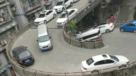 螺旋式的停车场还是第一次见,这下保时捷女司机绝不敢在这里飙车了!