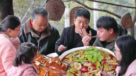 """农村小哥生日300元整1只烤乳猪,再炒50元""""泡椒鱼泡""""好吃到嗦手指"""