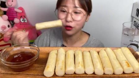 韩国美女试吃奶油面包棒,蘸上蜂蜜直呼越嚼越过瘾