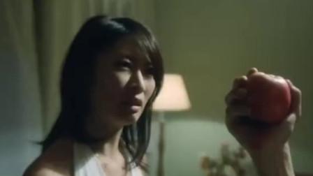 妻子百般侮辱丈夫,丈夫却笑嘻嘻给她吃苹果,太可怕!