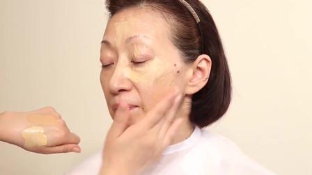 60岁的阿姨皮肤十分白净,简单给她化个妆,想不到这么有气质