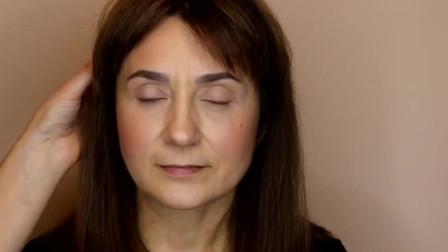 50岁大妈素颜还算可以,简单给她上个妆后,又漂亮又显气质