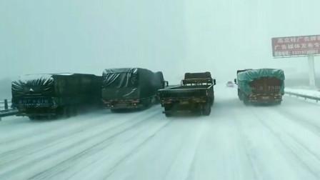 行车记录仪:这是什么意思?大雪纷飞的路上,四辆大货车并排着走!