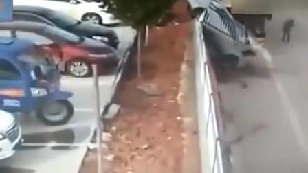 """监控:女司机最快出停车场的""""大招"""",一脚油门,123GO!"""