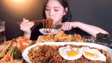 韩国美女吃播:炸酱面加上韩国秘制泡菜,不一样美食吃出一脸幸福