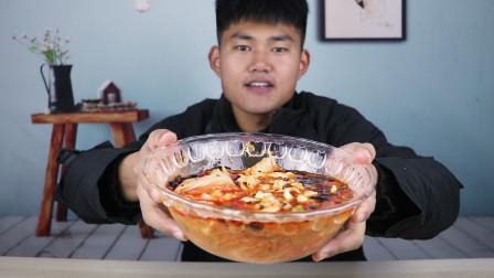 """小伙跟大厨学一道""""快手版""""水煮肉片,红彤彤的汤底配上米饭太香了!"""