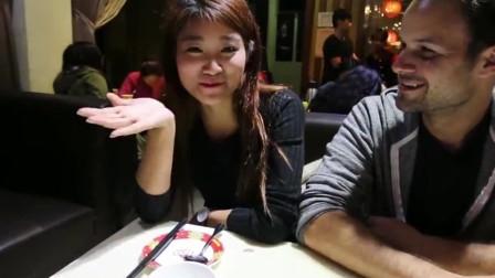 """广州吃货老外试吃广州美食""""榴莲火锅"""",满满的榴莲肉看着就馋"""