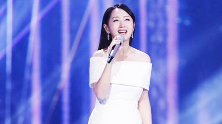 杨钰莹登台再唱成名曲,打扮靓丽,惊艳了台下一大票男明星
