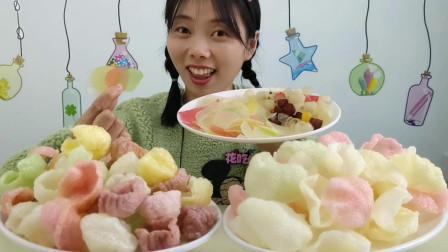 """美食拆箱:小姐姐吃""""水晶虾片"""",五颜六色很剔透,炸完酥脆咸香"""
