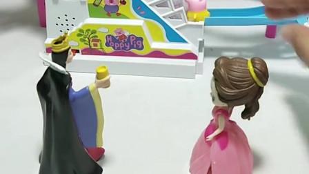 王后给贝儿买了新玩具,贝儿要和白雪一起玩,贝儿真懂事!