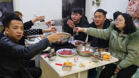 朋友煮1锅重庆老火锅农村小哥去蹭饭,18种菜3种酒,冬天吃完全身暖和