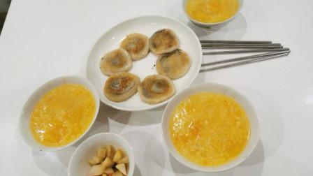 香甜软糯的芝麻糯米饼,配上热气腾腾的南瓜粥和自制的酸萝卜,冬日里的完美早餐