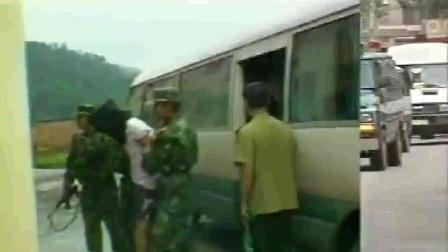 珍贵影像:张子强判刑现场,几名罪犯戴着脚链被押上囚车