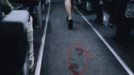 高僧刚上飞机就感觉不对劲,原来他发现,空姐每走一步,后面就出现一个血脚印