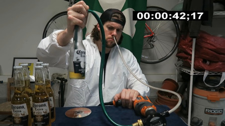 牛人小哥挑战用鼻子吸啤酒,5分钟吸6瓶,结果意外了!
