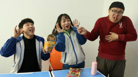 老师总是蹭吃学生零食,不料学生自制口水泡面给老师吃