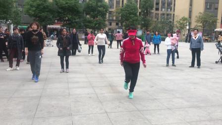 大妈广场秀鬼步舞独舞,引旁人纷纷称赞,你们觉得跳得怎么样?