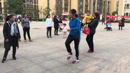 大妈广场秀鬼步舞,舞步时尚,节奏动感,越跳越带劲