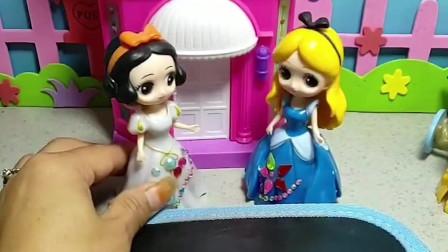 今天是灰姑娘的生日,白雪给她画了一个生日蛋糕,灰姑娘很喜欢!