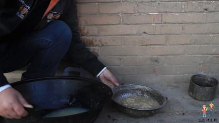 甜甜用洗锅水和玉米沫给小狗做狗食,省时省力又省钱