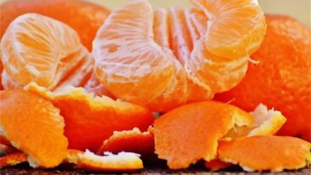 """吃剩的橘子皮浑身是""""宝"""",扎几个洞放在卫生间作用大,早学早用"""