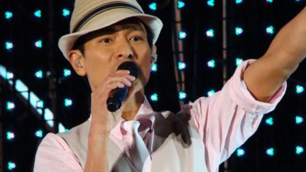 天啊,第一次见刘德华这样唱歌,太肉麻了,一般人不好意思唱!