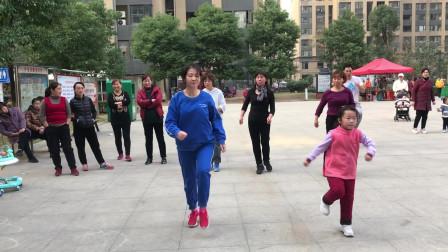 48岁大妈广场秀鬼步舞,5岁小女孩也跟着跳,越跳越有劲