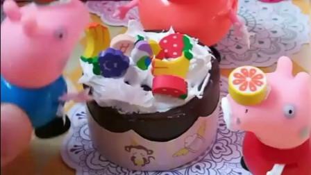 乔治佩奇要给猪爸爸做生日蛋糕,一家人都成了奶油花猫,好可爱