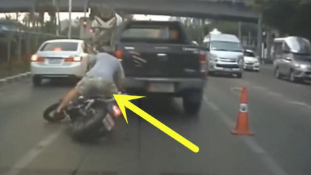 必须要曝光这人渣,竟然作死与摩托车抢路,下秒果然出大事了