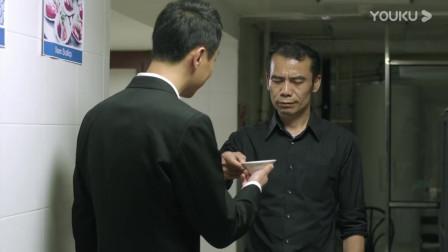 老头趁机给帅哥解释,自己被绑架过来,结果经理突然出现