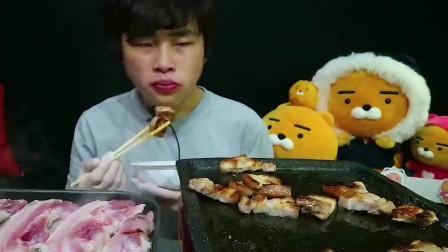 吃播:韩国大胃王小哥吃烤五花肉,大口大口地吃很过瘾