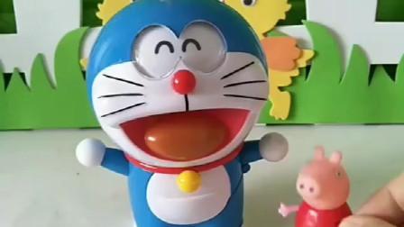 佩奇带着哆啦A梦给大家发礼物,有小水杯和机器人,小朋友喜欢吗